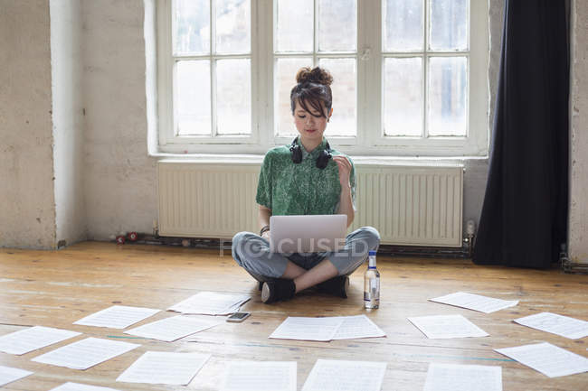 Woman sitting on floor in rehearsal studio — Stock Photo
