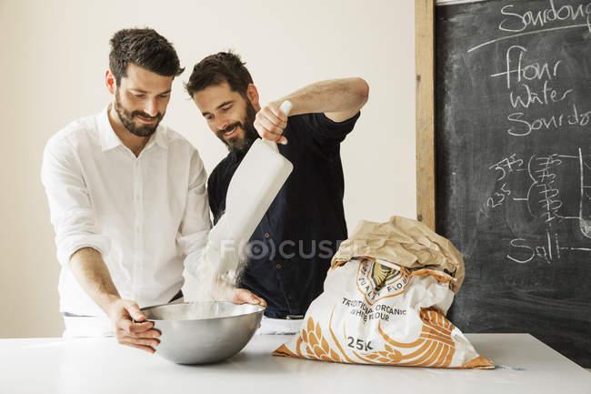 Bäcker bereiten Brotteig zu — Stockfoto