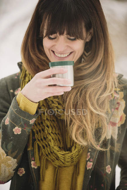 Donna che beve una bevanda calda . — Foto stock