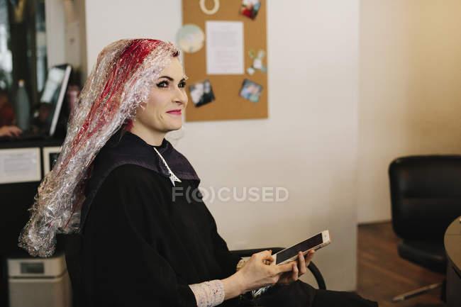Donna nel salone con trattamento dei capelli — Foto stock