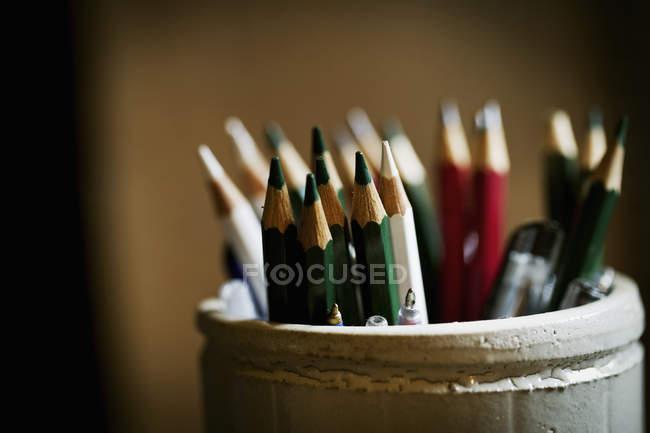 Topf mit gespitzten Bleistiften — Stockfoto