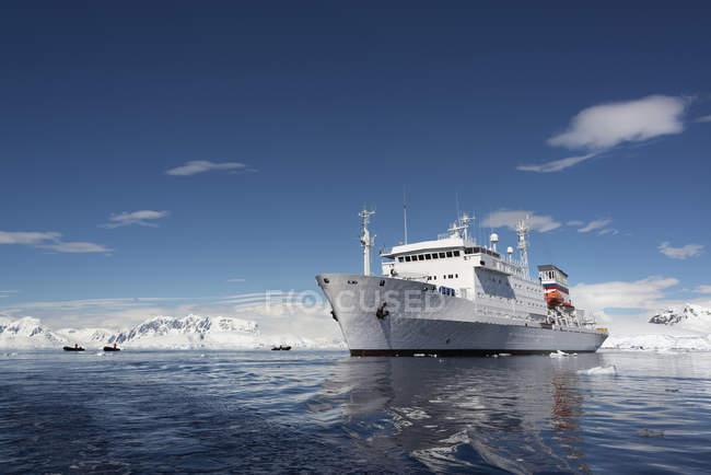 Antarctic cruise ship — Stock Photo
