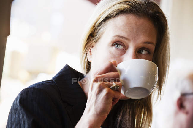 Businesswoman drinking a cup of coffee — Stock Photo