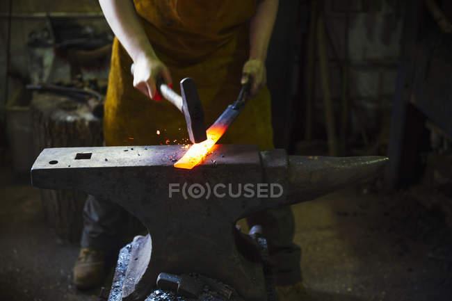Вироби ковальські вражає довжина розпеченого металу — стокове фото