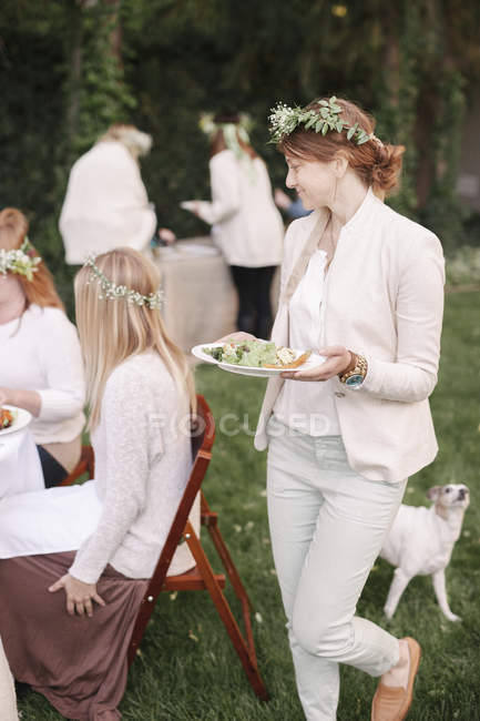 Female friends with flower wreaths — Stock Photo
