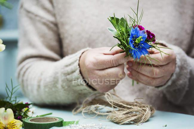 Флорист, створюючи невеликі пози. — стокове фото