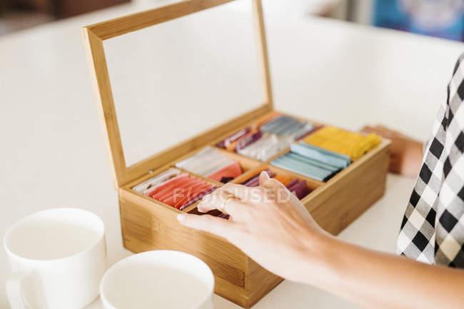Schachtel mit Teebeutel und Becher. — Stockfoto