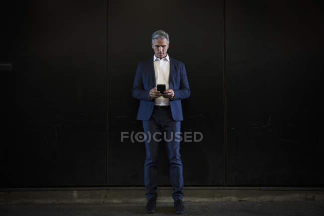 Mann im Schatten auf Stadtstraße — Stockfoto