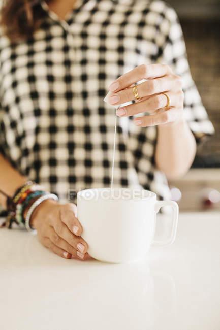 Женщина, делающая чашку чая . — стоковое фото
