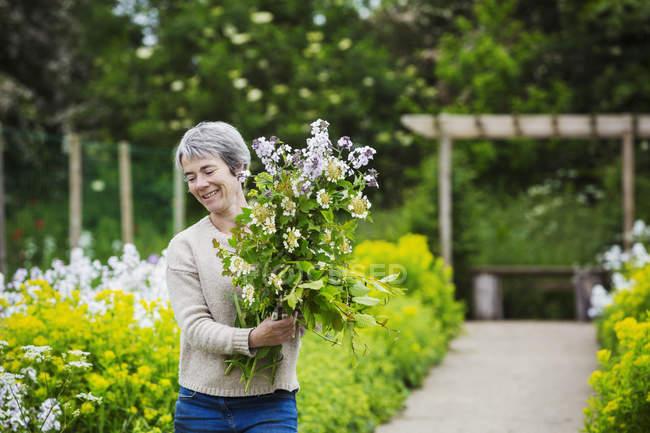 Fiorista femminile selezione fiori — Foto stock