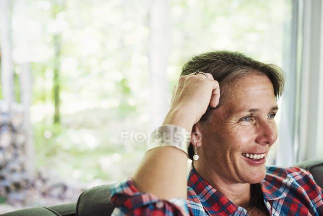 Mulher em casa sorrindo — Fotografia de Stock