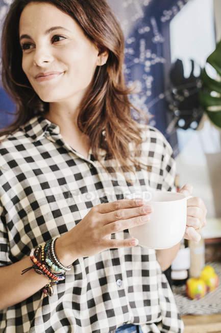 Женщина держит кружку. — стоковое фото