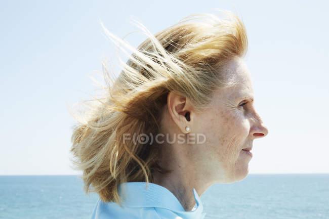 Женщина, стоящая у океана . — стоковое фото