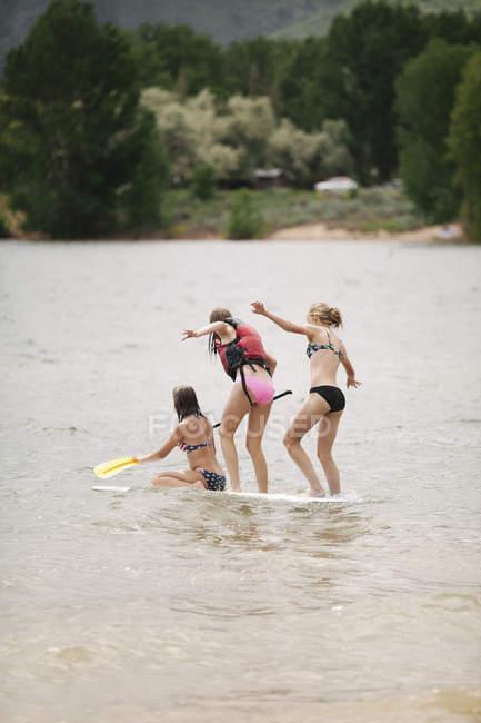 Mädchen auf dem Paddelbrett — Stockfoto