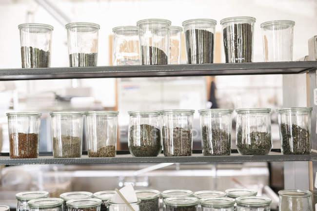 Alimentos secos e condimentos em frascos de vidro — Fotografia de Stock