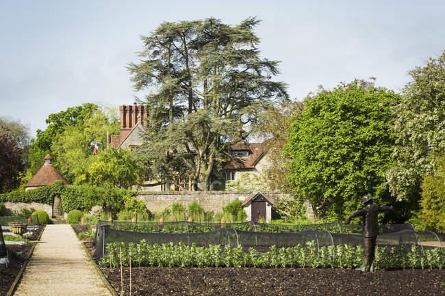 Вид на обнесенный стеной сад — стоковое фото