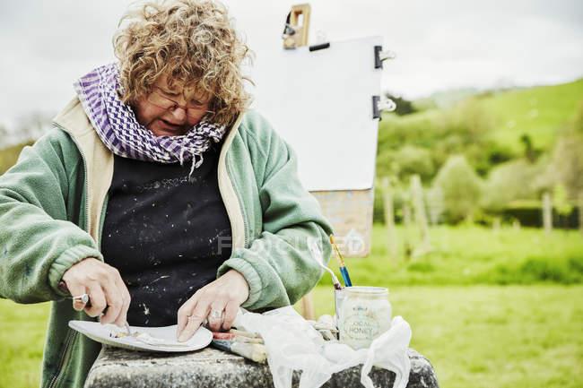 Женщина-художник работает на открытом воздухе — стоковое фото