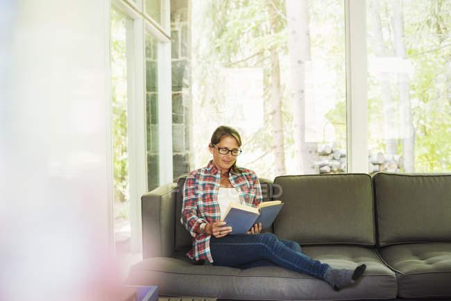 Женщина читает книгу. — стоковое фото