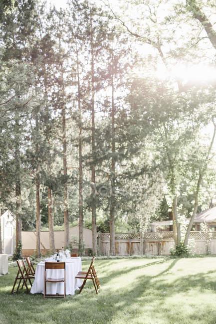 Gedeckter Tisch im Garten — Stockfoto