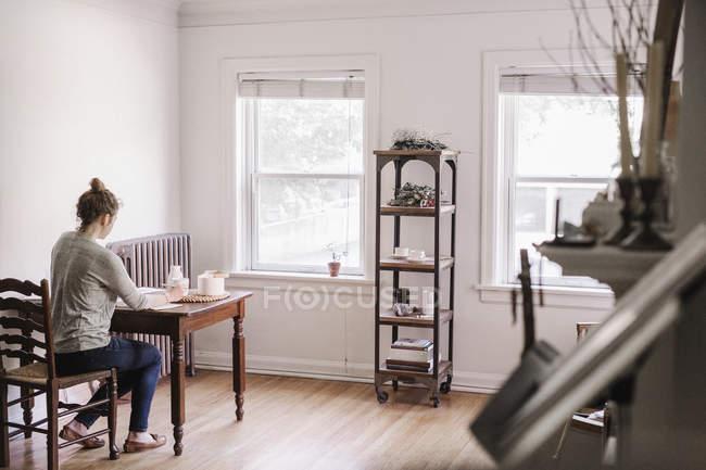Woman writing in diary — Stock Photo