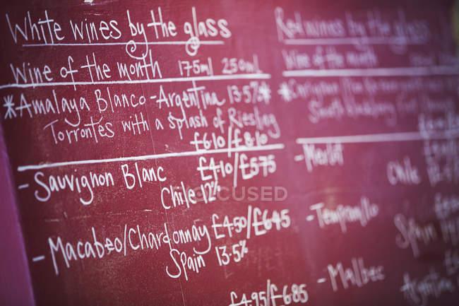 Lista de vinhos de quadro de giz vermelho — Fotografia de Stock