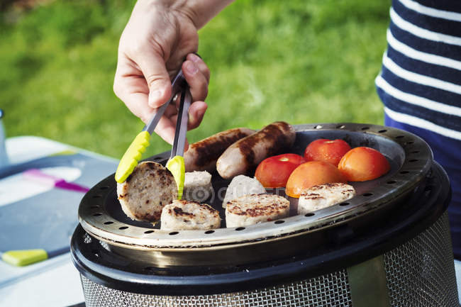 Femme préparant un petit déjeuner anglais — Photo de stock