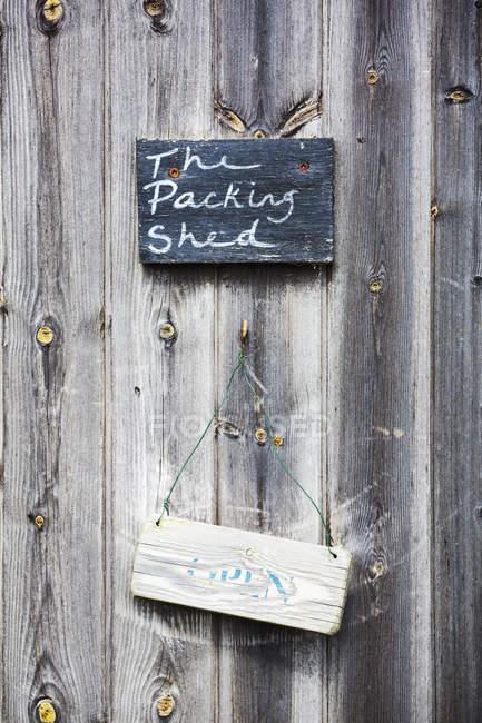 Знак на дерев'яних дверей — стокове фото