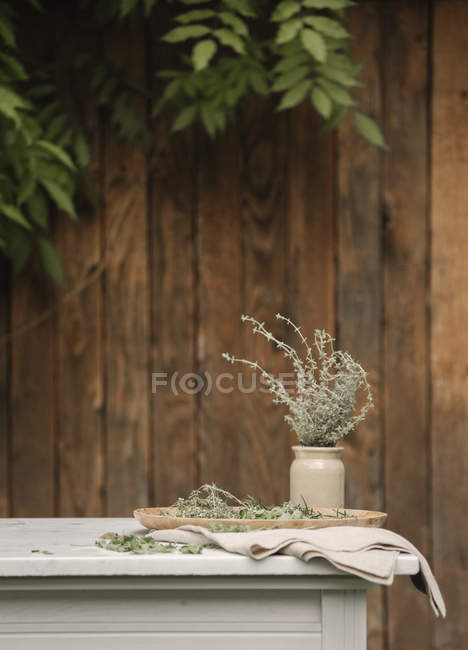 Table et herbes dans un bocal . — Photo de stock