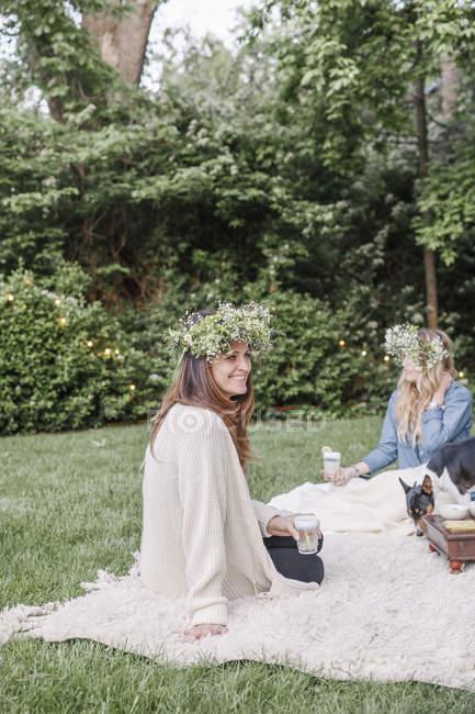 Усміхнених жінок з квітів вінки — стокове фото