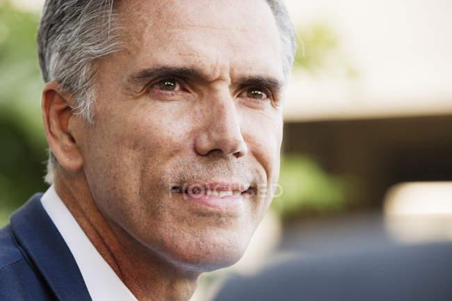 Homme aux cheveux gris souriant — Photo de stock