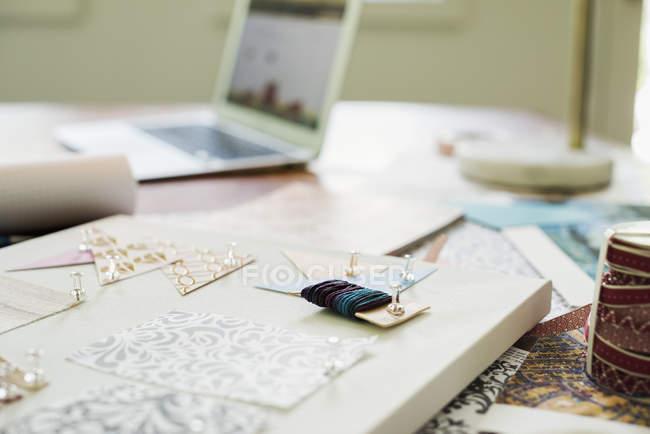 Carta, tessuto e materiali artigianali — Foto stock