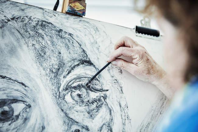 Künstler arbeitet an Staffelei — Stockfoto
