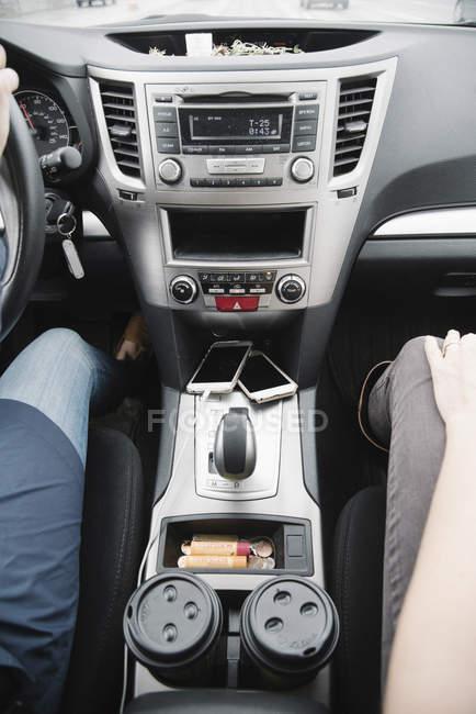 Donne sedute in macchina — Foto stock