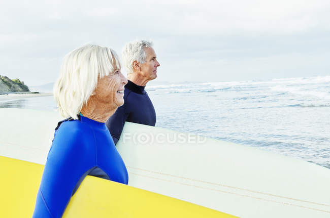 Senior couple wearing wetsuits — Stock Photo