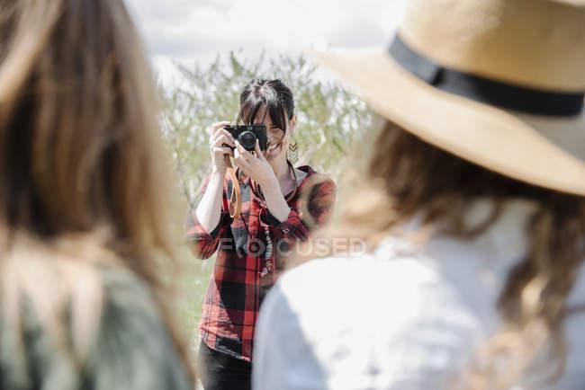 Fotografo scattare foto di due donne — Foto stock