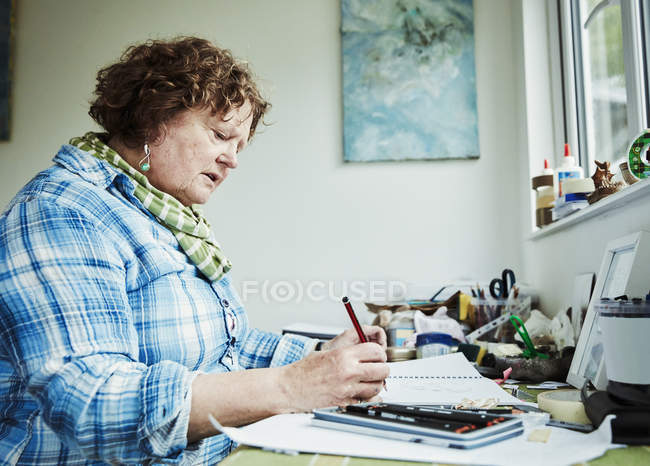 Woman artist drawing on paper — Stock Photo