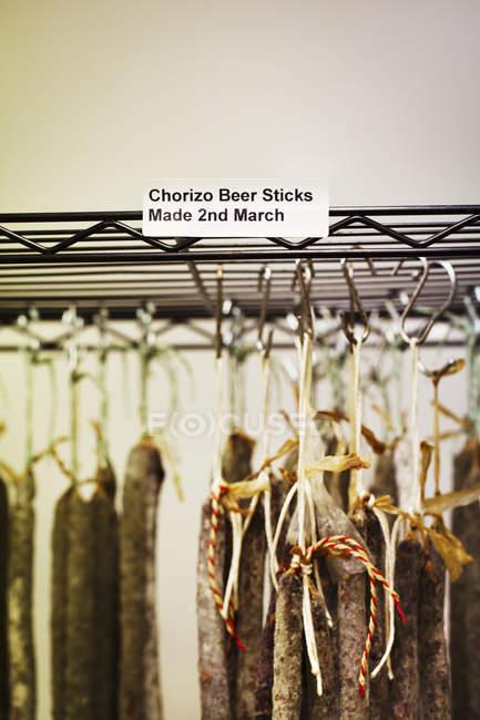 Chorizo Beer Stick salsicce appese ai ganci — Foto stock