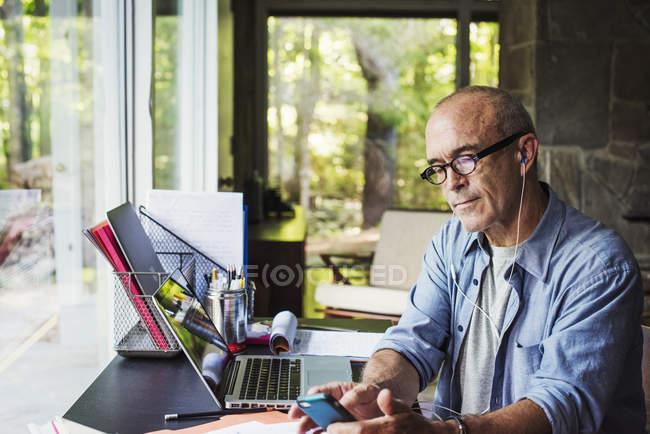 Hombre trabajando en un ordenador portátil . - foto de stock