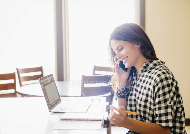 Жінка робить телефонний дзвінок. — стокове фото