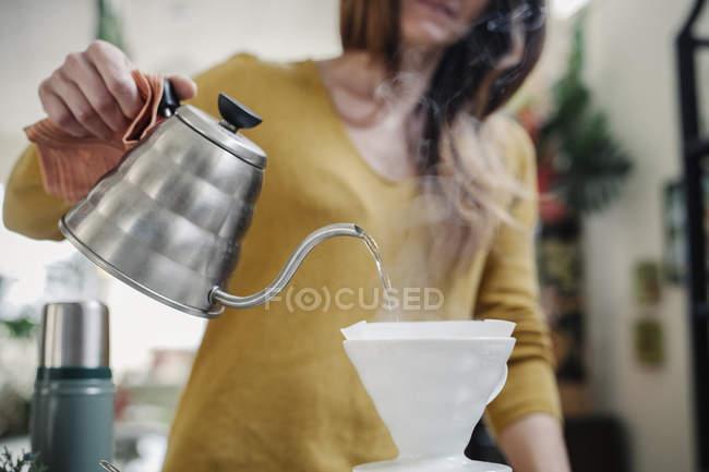 Mulher derramando café — Fotografia de Stock