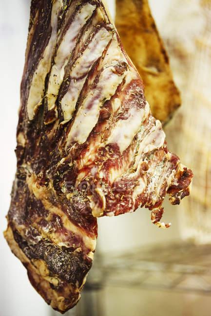 Colgante de la carne curada en seco - foto de stock
