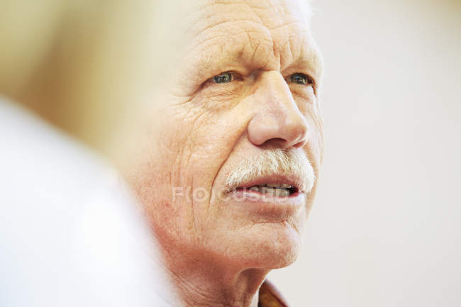 Senior homme avec moustache — Photo de stock