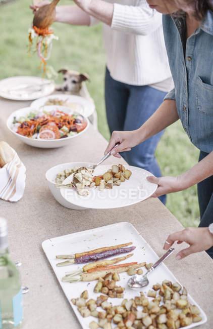 Жінки виборі їжі фуршетний. — стокове фото