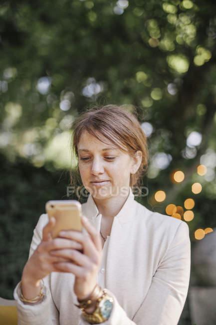Женщина с мобильного телефона. — стоковое фото