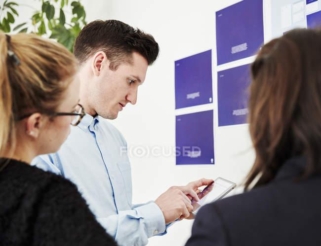 Les gens qui parlent et regardent un téléphone intelligent — Photo de stock
