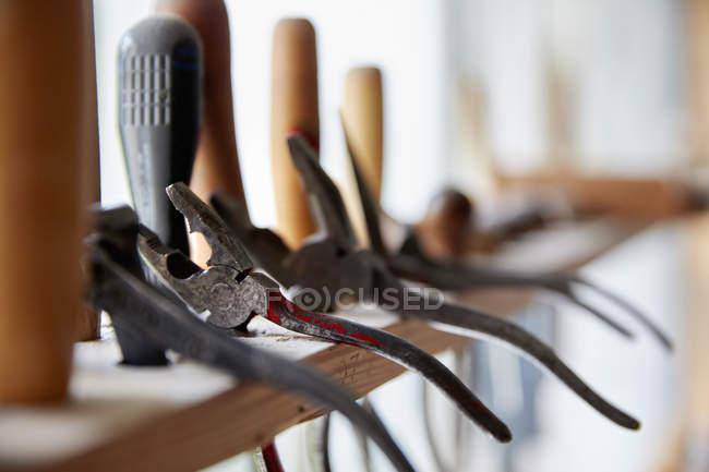 Стійки ручні інструменти вздовж вікно — стокове фото