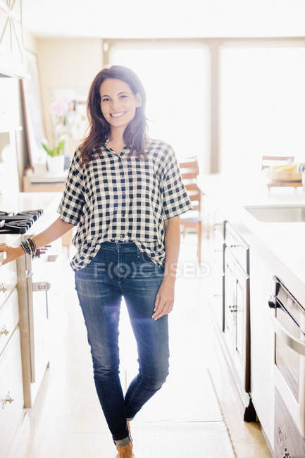 Женщина, стоящая в кухне. — стоковое фото