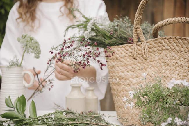 Femme préparant un mélange d'herbes — Photo de stock