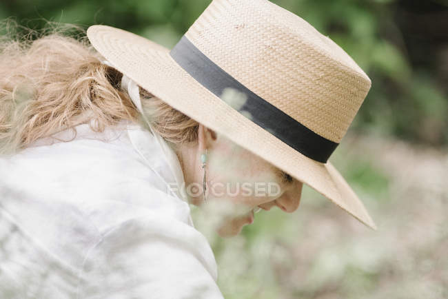 Woman working in a garden. — Stock Photo