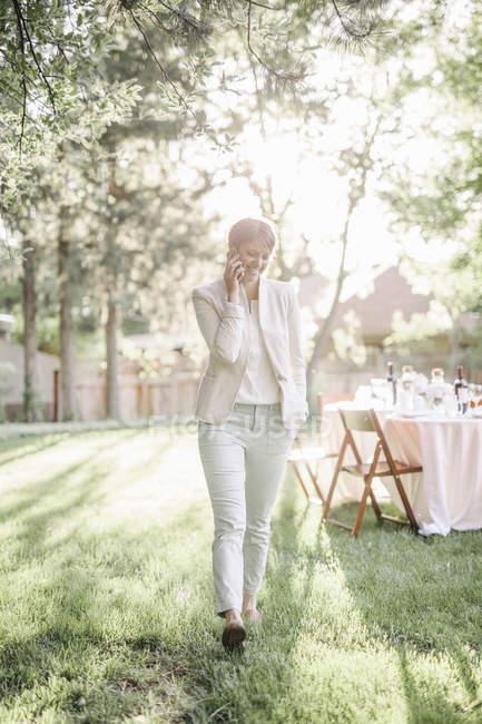 Frau reden auf ihrem Handy. — Stockfoto